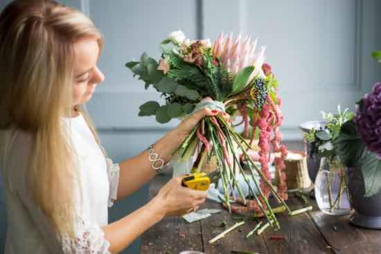 Cortar los tallos, clave para conservar un ramo de flores