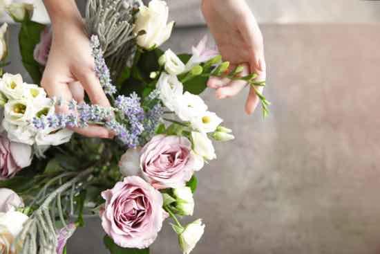 Retirar las flores marchitas, importante para saber cómo conservar un ramo de flores