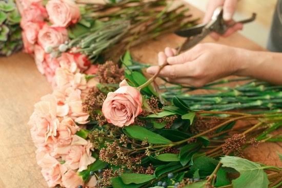Cortar regularmente los tallos, clave para conservar un ramo de rosas